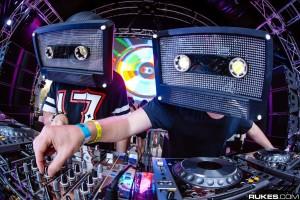 Aviciiのマネージャーが放つ!カセットテープの被り物で有名なCAZZETTE(カゼット)とは!