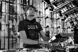 Aviciiのレーベルから放たれた新星DJ、Syn Cole(シン・コール)とは!