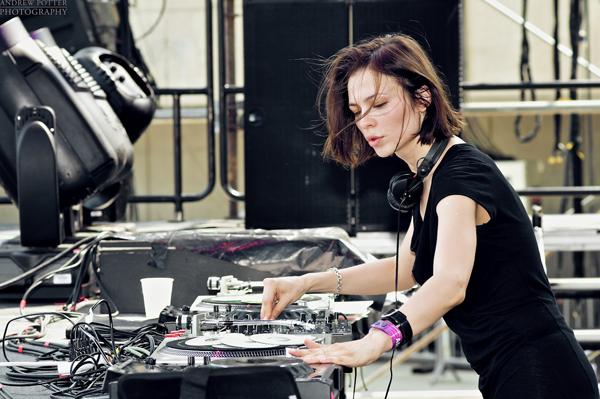 前職は歯科医!?テクノシーンで大活躍する才色兼備のフィメール DJ、Nina Kravizとは!