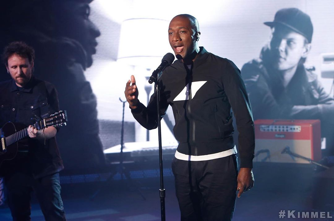 "Aloe BlaccがAviciiの30歳の誕生日にトリビュートソング""Things You Left Behind""を捧げる!"
