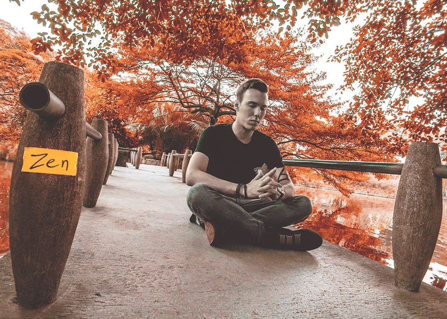 "Tom Swoonの新曲""Hey Hey, My My""が突如ネット上に出現!?その真相はいかに!?"