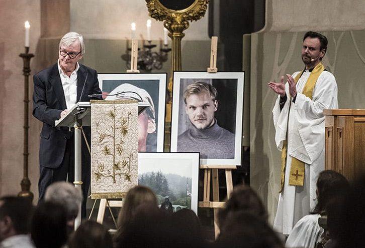 スウェーデンで行われたAviciiの追悼式に家族はじめ多くの友人やファンが集まる。