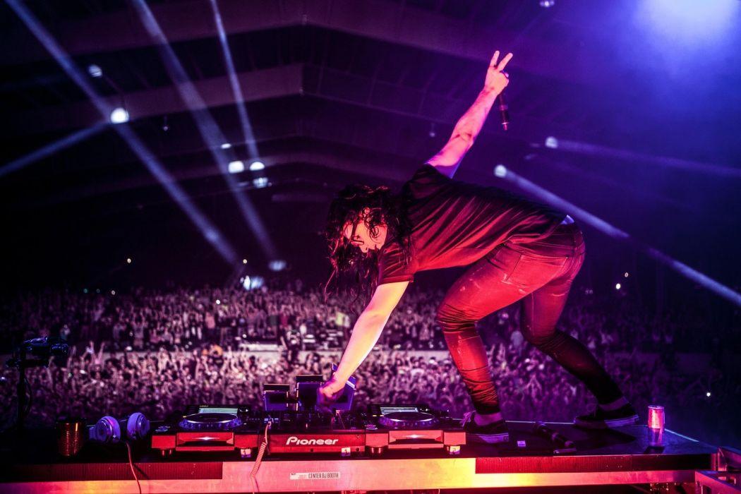 Skrillexが上海のショーの最中に行ったCDJを踏みつける行為にネット騒然!